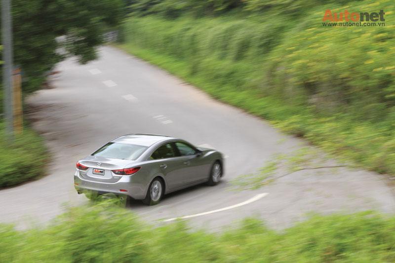 Trong khi phía sau, Mazda6 mới có một kết thúc khá ngắn gọn, ảnh hưởng từ phong cách Coupe
