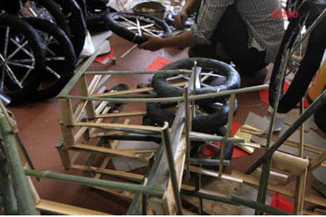 Hệ thống khung sườn và lốp đang được gia công